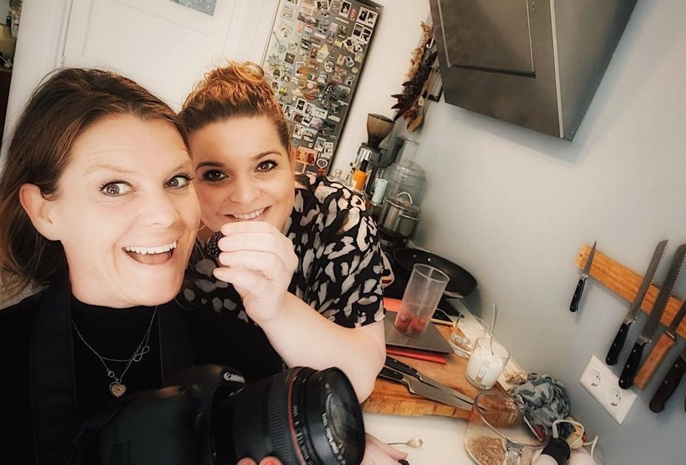 Anne en Mara koken voor het kookboek van Nederland slank