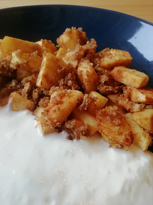 Gezond appel-kruimel ontbijt met yoghurt