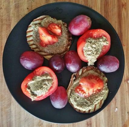 Ontbijt idee: 'Pittenkaas' (van zonnebloem- en pompoenpitten) als beleg op gegrilde aubergine en als vulling in tomaatje
