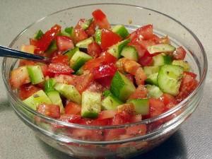 Klassieke salade met sjalot, tomaat en komkommer