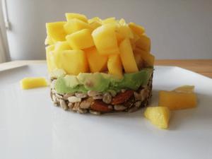 Ontbijttaartje van avocado, mango, noten en zaden