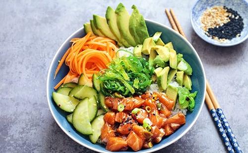 Poke-bowl-met-zalm-en-avocado-1 (1)-2