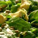 Salade met avocado en pompoenpitten
