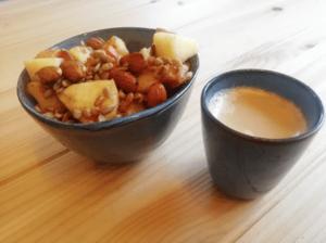 Wortel-appel ontbijt met noten en zaden