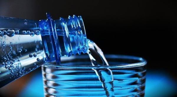 water drinken is onderdeel van het ontgiften bij het afvallen