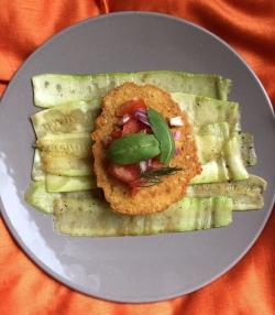 Kikkererwtenburger op een bedje gegrilde groenten